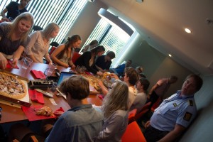God avslutning: Elevene fikk etter god innsats pizza og brus som takk for hjelpen.